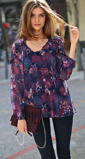 Bedrukte bloes met strokenmouwen