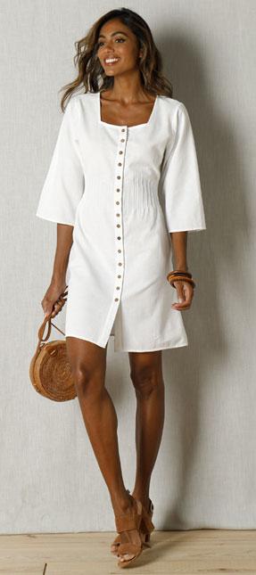 Witte jurk in linnen knoopsluiting