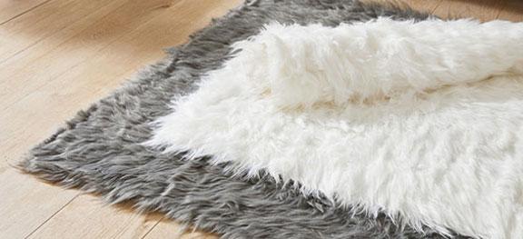 Wit langpolig tapijt