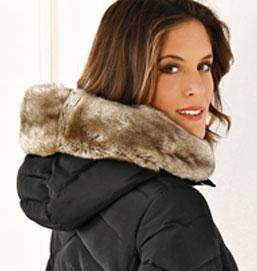 Zwarte lange gewatteerde jas met gevoerde kap