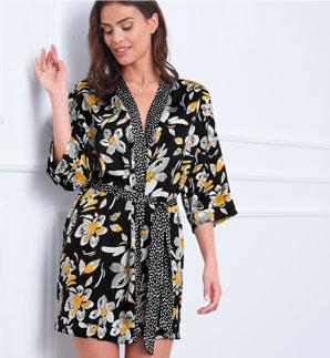 Korte kimonopeignoir voor dames in zwart satijn met gele bloemenprint, goedkoop - Blancheporte