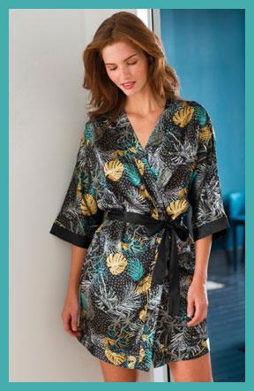 Zwarte kimonopeignoir in satijn met blaadjesprint en 3/4-mouwen, goedkoop - Blancheporte