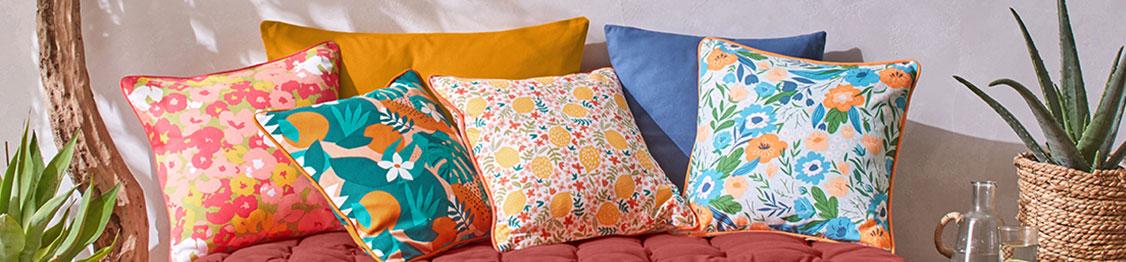 Coussin jaune, gris ou rouge de sol finition capitonné avec pompons en coton - pas cher - Blancheporte